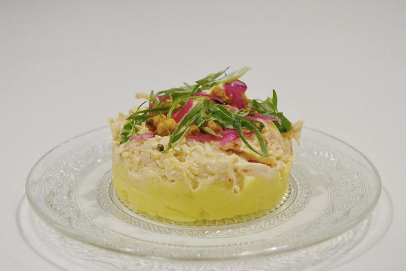 Causa limeña de pollo de corral, patata, cebolla roja, ají y cilantro de Ricard Camarena.