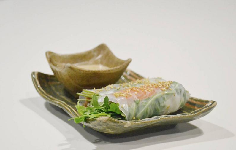 Nem vietnamita de salmón ahumado, rúcula y queso tártaro de Ricard Camarena.