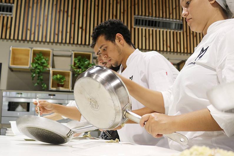 Alumnos del Máster en Gastronomía y Management Culinario durante la sesión con Kiko Moya