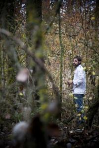 Miguel Ángel de la Cruz en el bosque cercano