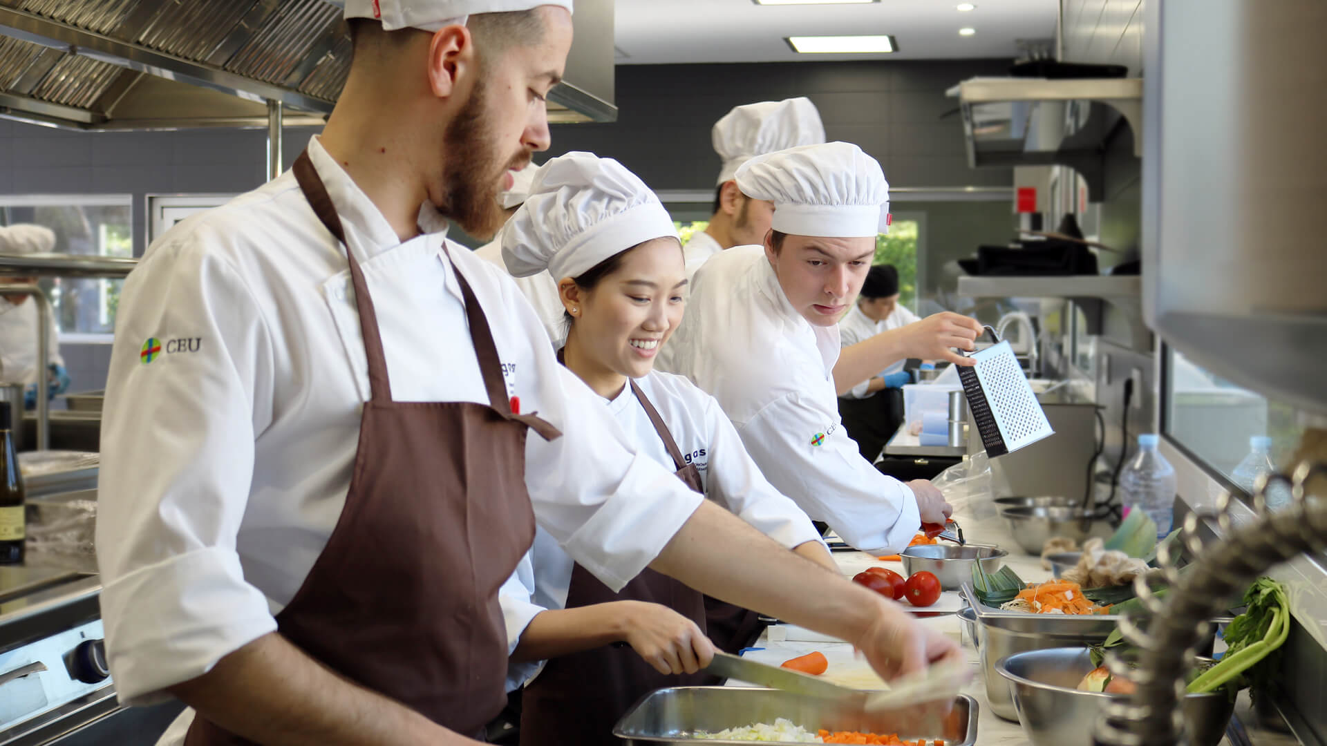 Alumnos de Grado en Gastronomía en cocina