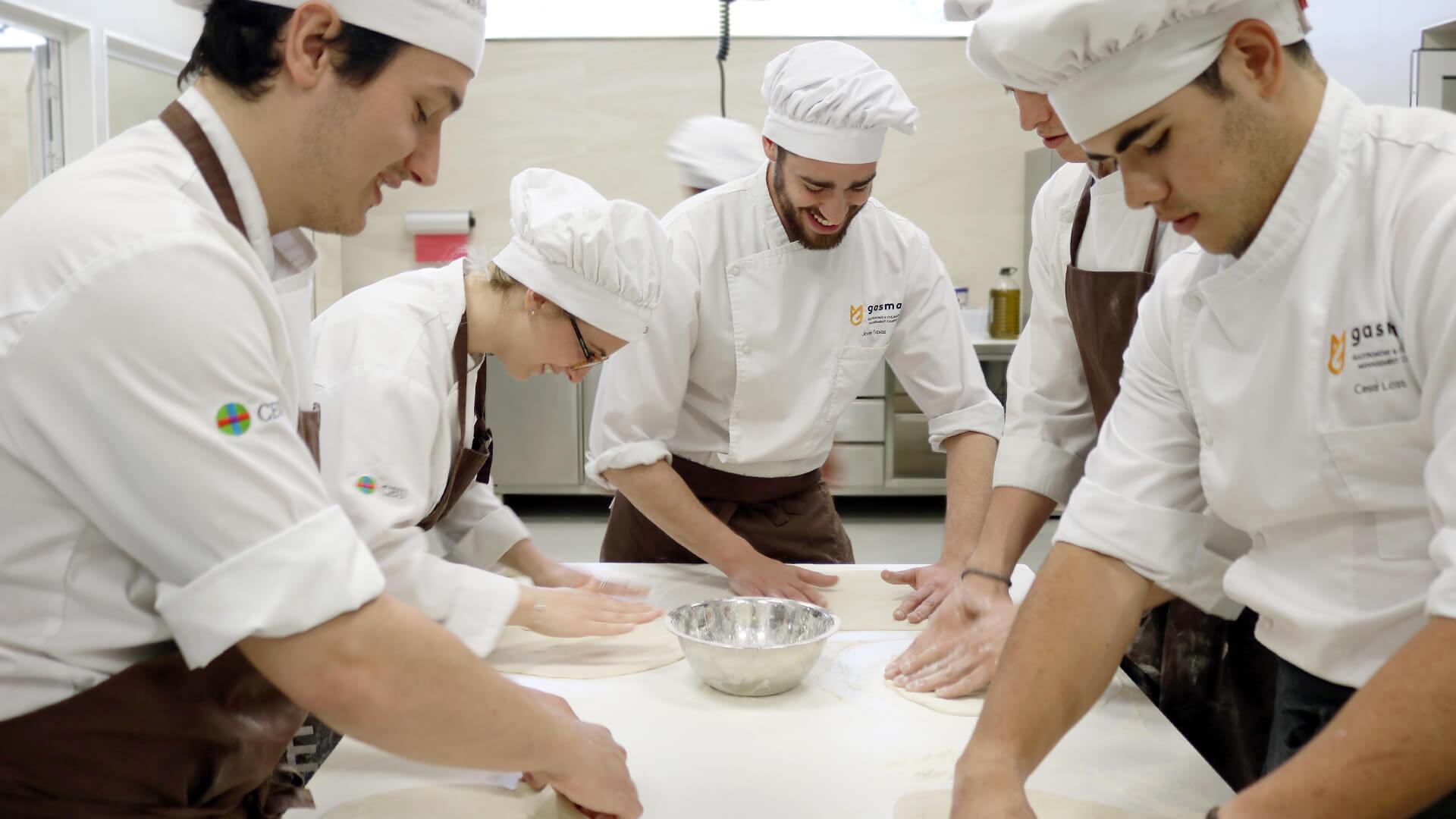 Alumnos de Grado en Gastronomía amasando en obrador