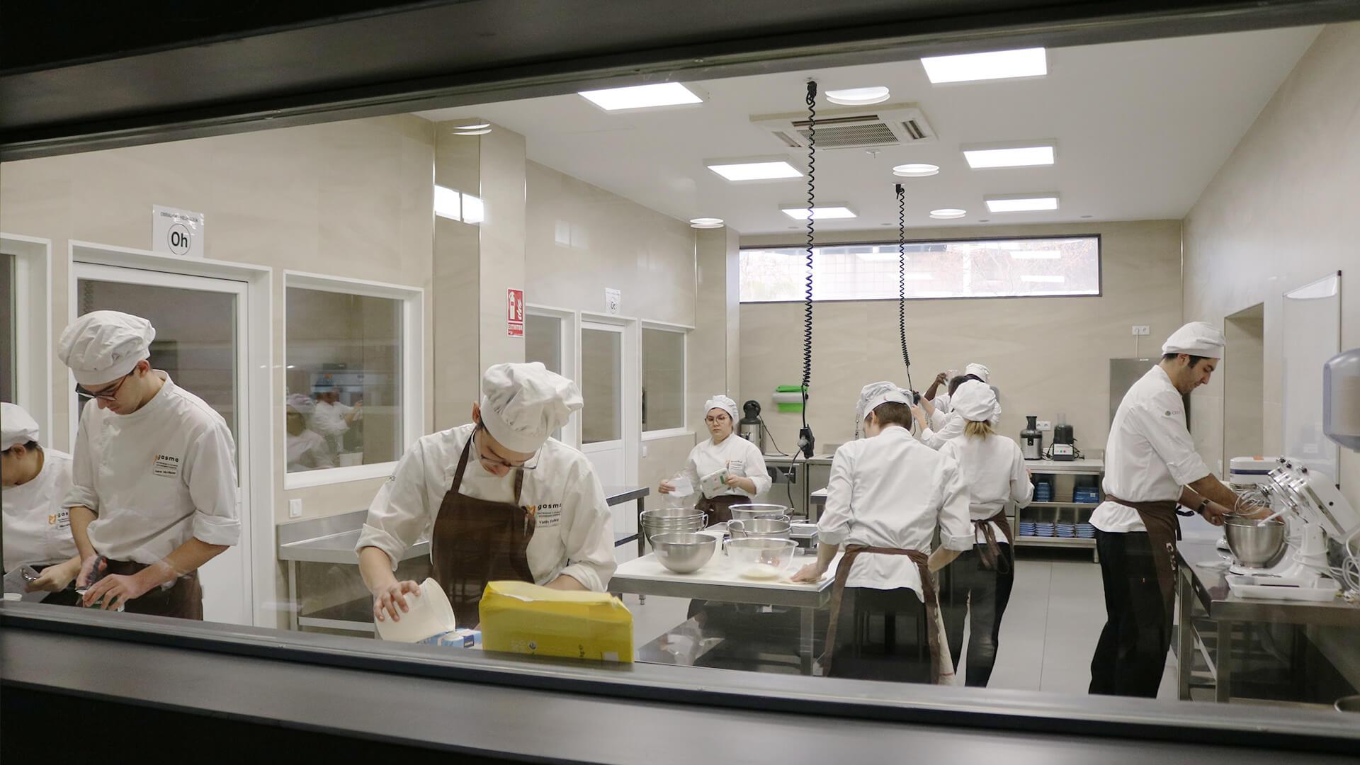 Alumnos de Grado en Gastronomía trabajando en obrador