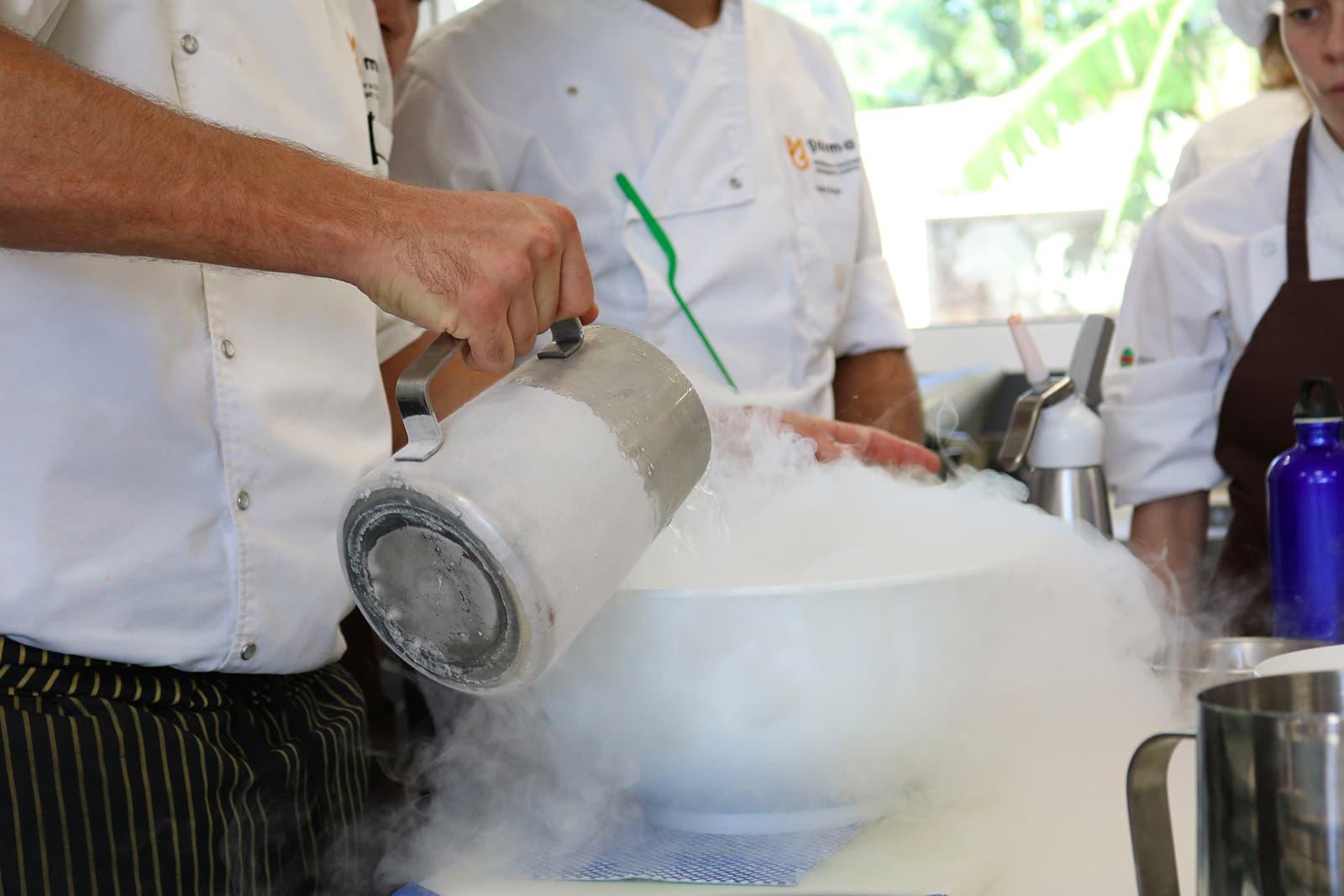 Clase sobre nitrógeno líquido en el Grado en Gastronomía